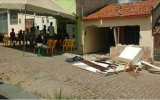 Moradores 'quebram' casa de acusado