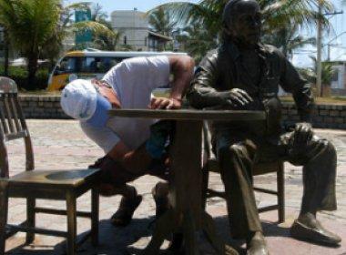 No centenário de Vinicius de Moraes, monumento ao 'Poetinha' em Itapuã é restaurado