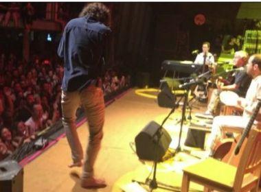 Filho de Caetano Veloso surpreende o público enquanto pai canta funk