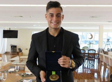 Suplente da Seleção Olímpica, Jean recebe medalha de ouro: 'É incrível'