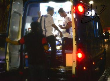 Com joelho imobilizado, Hernane deixa Ba-Vi e é levado direto ao hospital