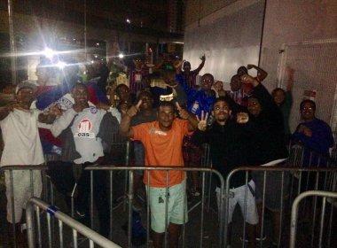 Torcedores do Bahia madrugam em fila para garantir cota extra de ingressos