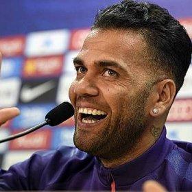 Daniel Alves recebe oferta de R$ 52 milhões por ano da China, diz jornal