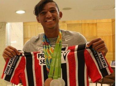 Torcedor do São Paulo, Isaquias Queiroz recebe camisa do clube