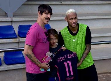 Vocalista do Red Hot Chilli Peppers visita treino do Barcelona e tieta Neymar
