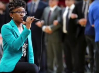 Em protesto, cantora se ajoelha durante hino dos EUA na NBA
