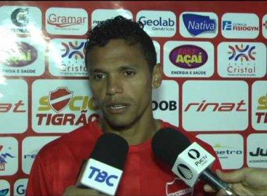 Meia do Vila Nova critica arbitragem após derrota para o Bahia