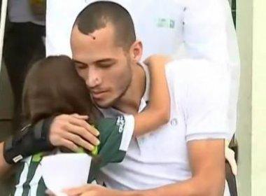 De cadeira de rodas, zagueiro Neto recebe alta de hospital