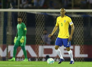 Capitão na vitória sobre o Uruguai, Miranda elogia evolução da seleção