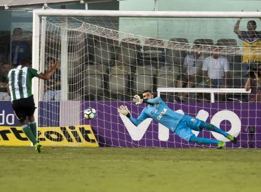 Após pegar pênalti e garantir vitória, goleiro revela que quase ficou fora do jogo