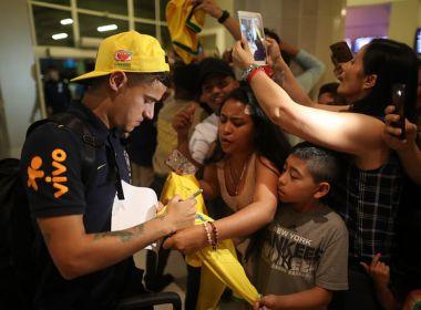 Seleção Brasileira chega em em Barranquilla recepcionada por uma multidão de fãs
