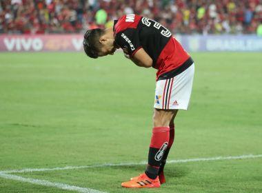 Mesmo vaiado, Diego marca dois gols e reverencia torcida do Flamengo