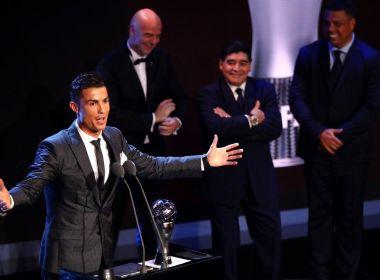 Favorito, Cristiano Ronaldo é eleito melhor do mundo pela 5ª vez e iguala recorde de Messi