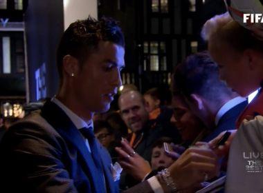 Cristiano Ronaldo distribui autógrafos na chegada à cerimônia da Fifa