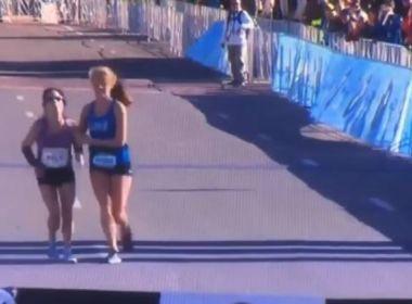 Atleta perde consciência no final de maratona e rival a carrega até linha de chegada