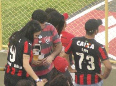 Alinne Rosa dá autógrafos e tira fotos com torcedores do Vitória no Barradão