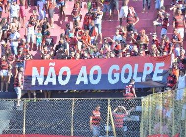 Torcedores do Vitória erguem faixa contra o impeachment no Barradão