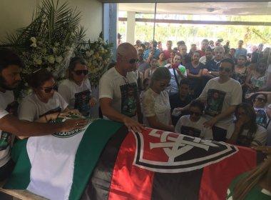 Após cortejo, corpo do meio-campista Arthur Maia é enterrado em Maceió