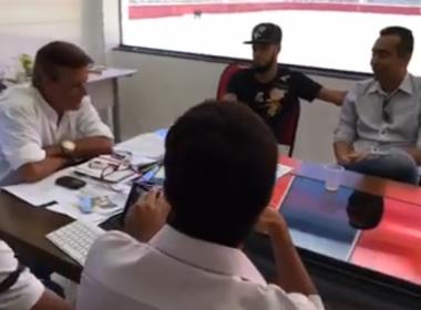 Sinval Vieira brinca com extracampo de Paulinho e avisa: 'Faça eu ganhar jogo'