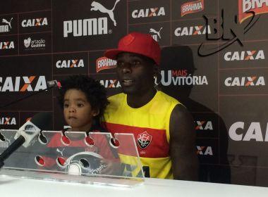 Zagueiro do Vitória leva o filho à coletiva: 'Está criando gosto pelo futebol'