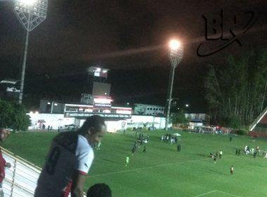 Jogo é restabelecido no Barradão; Vitória marca gol logo no retorno