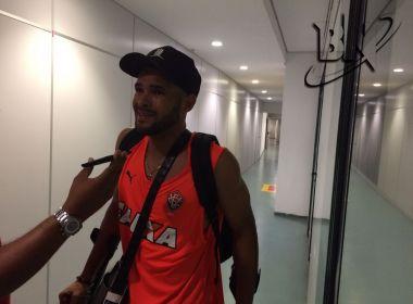 José Welison deixa a Arena Fonte Nova de muletas e vira preocupação no Vitória
