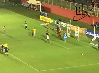 Jean atrapalha ação promocional do Vitória durante intervalo do Ba-Vi