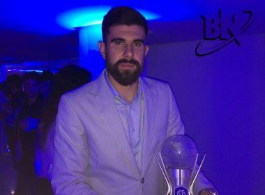 Fernando Miguel dedica prêmio ao preparador de goleiros do Vitória