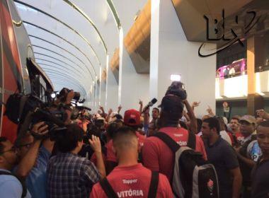 Delegação do Vitória chega em Salvador sob protestos e chuva de pipocas
