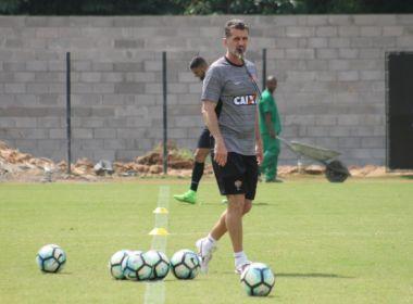 Vagner Mancini faz testes na lateral esquerda em treino do Vitória