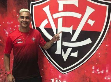 Lateral Bryan veste camisa do Vitória e posta foto ao lado do escudo do clube
