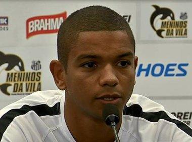 David Braz treina com bola e deve reforçar o Santos em clássico com o Palmeiras