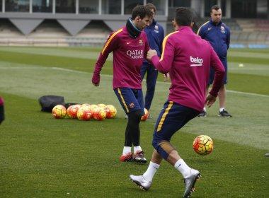 Recuperado após superar problema renal, Messi volta a treinar no Barcelona
