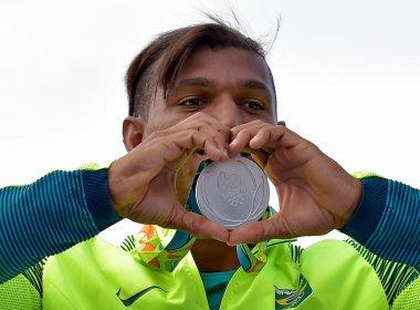 Após prata, Isaquias pede que governantes 'parem de brigar e olhem para o Brasil'