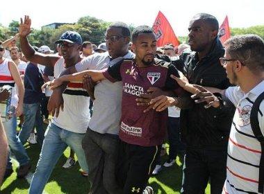 Torcedores fazem protesto e agridem atletas no CT do São Paulo