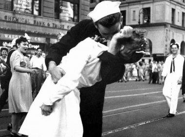 Morre enfermeira da icônica foto do beijo celebrando o fim da Segunda Guerra