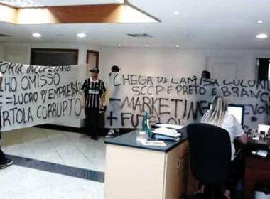 Em novo protesto, corintianos invadem sede social do Parque São Jorge