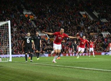 United sofre, mas conta com gol de Ibrahimovic para vencer 1ª na Liga Europa