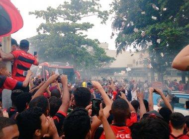 Torcida do Flamengo lota aeroporto para apoiar equipe antes de embarque