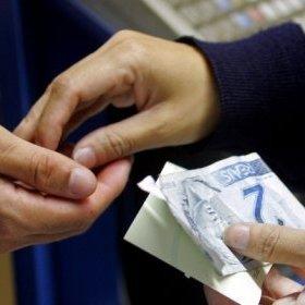 Com crise econômica, poder de compra do brasileiro volta ao nível de 2011