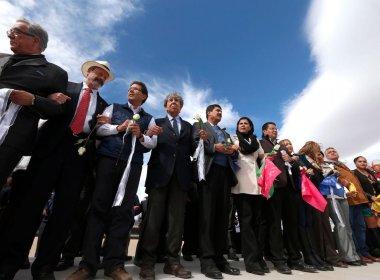 Manifestantes mexicanos formam 'muro humano' na fronteira com os EUA