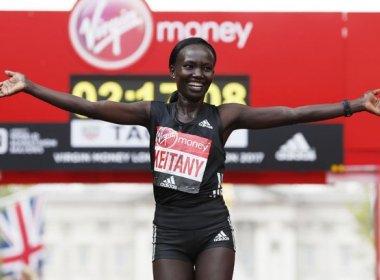 Queniana Mary Keitany vence Maratona de Londres e bate recorde mundial