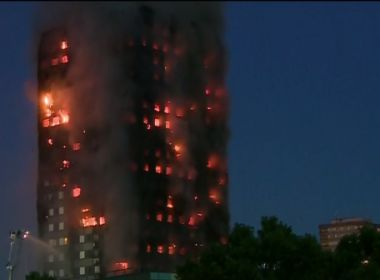 Ao menos 30 pessoas já foram levadas a hospitais após incêndio em Londres