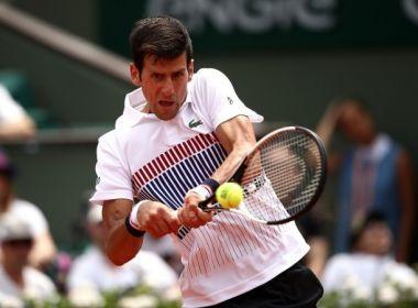 Djokovic conclui jogo adiado pela chuva e bate canadense na estreia em Eastbourne