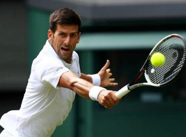 Rival desiste no 2º set e Djokovic estreia com vitória em Wimbledon