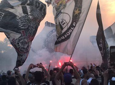 Torcida do Corinthians vai ao treino para prestar apoio antes de clássico