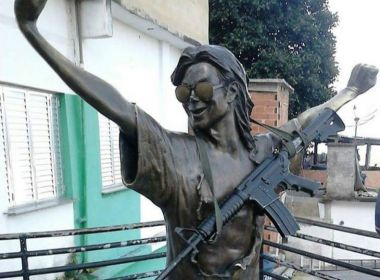 Traficantes põem fuzil em estátua de Michael Jackson no Rio de Janeiro