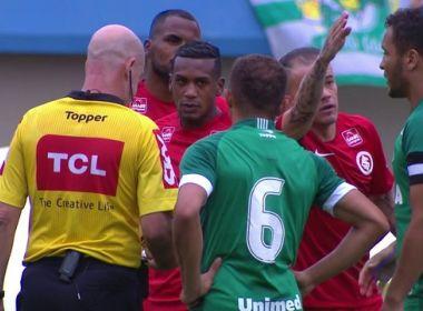 Internacional bate Goiás em jogo polêmico e segue na briga por título da Série B