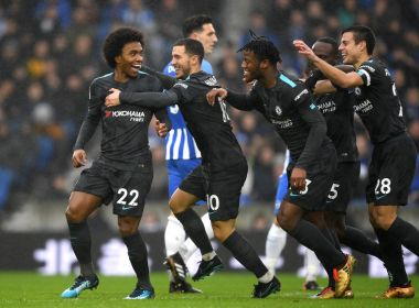 Willian marca, Chelsea goleia Brighton e cola no Manchester United