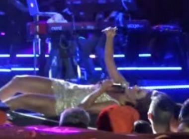 Ivete Sangalo deita no palco para tirar selfie com fã em Recife